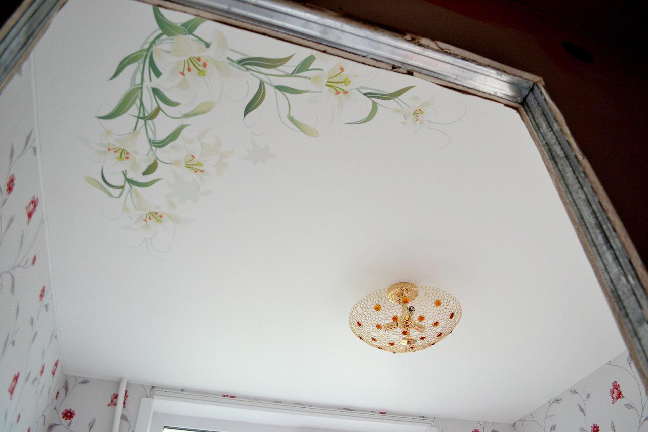Натяжной тканевый потолок с цветами