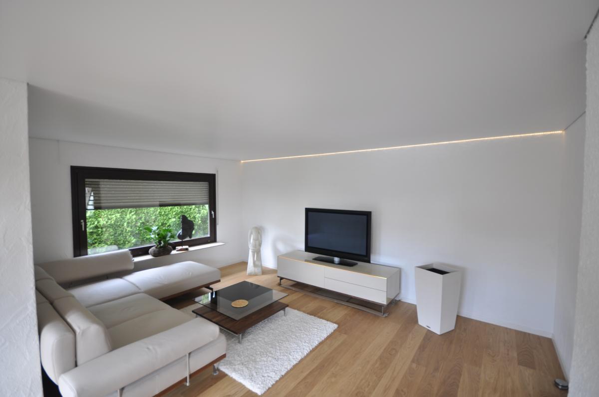Белый тканевый потолок в минималистичной гостиной