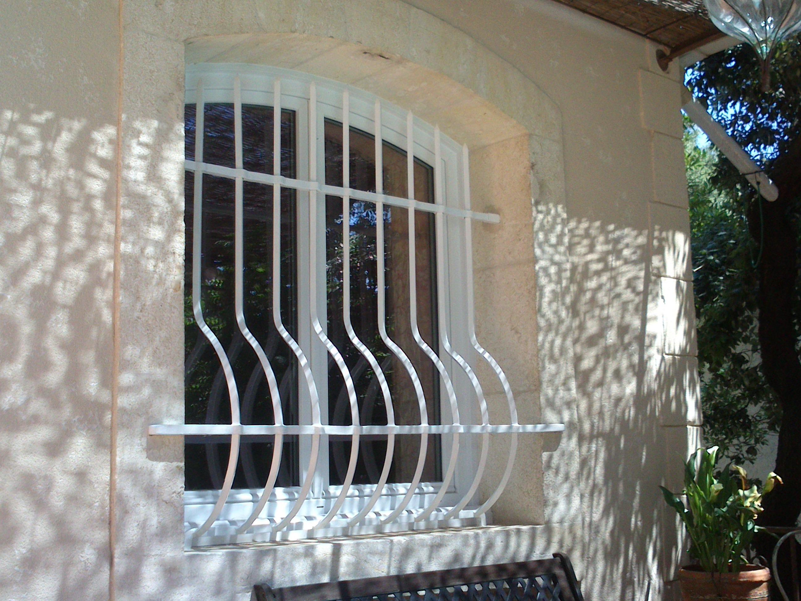 Решетка на окно в лаконичном дизайне
