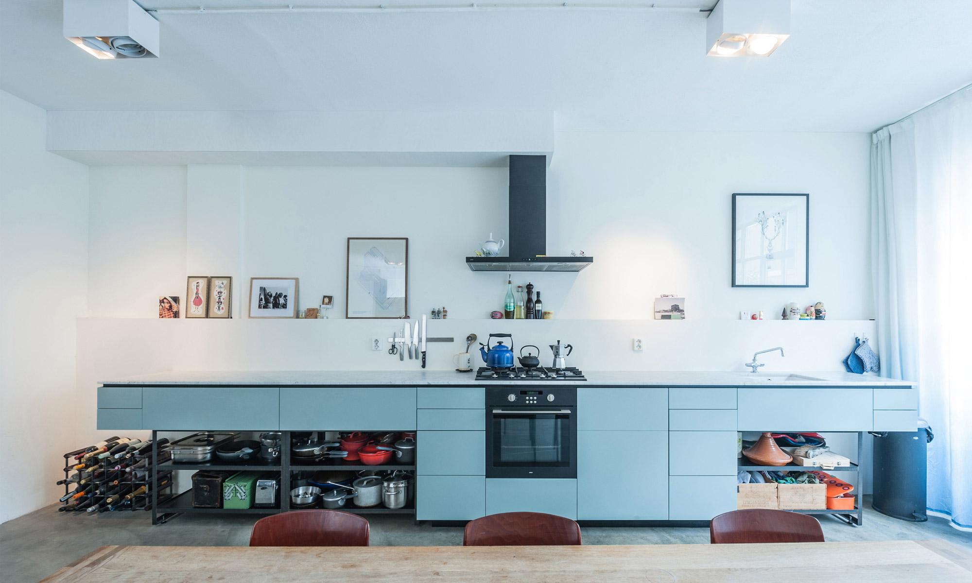 Кухня в голубых тонах прямая