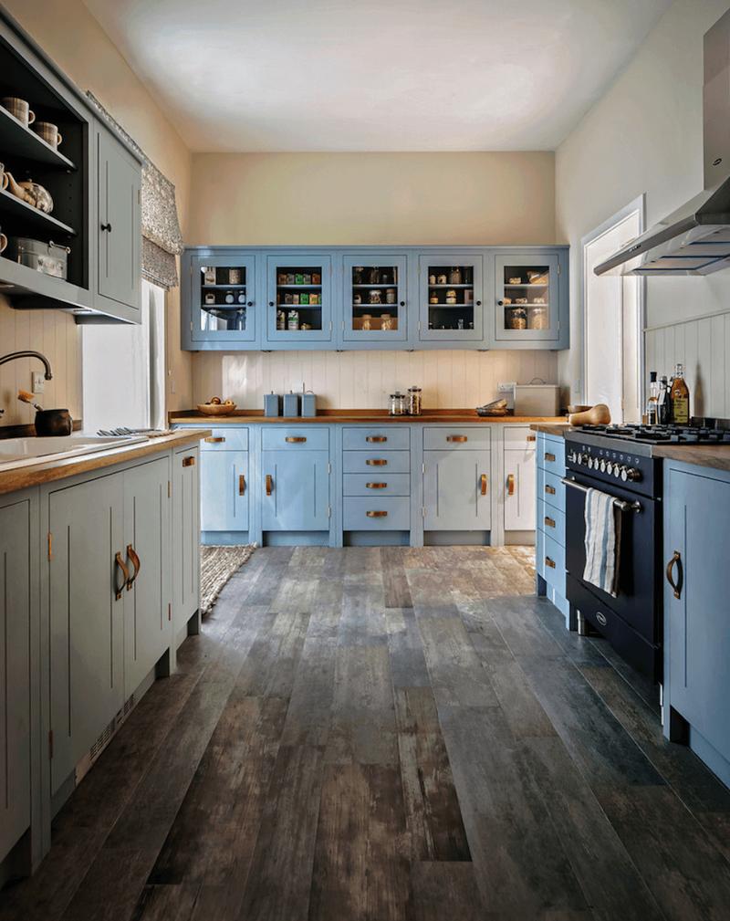 Кухня в голубых тонах ретро