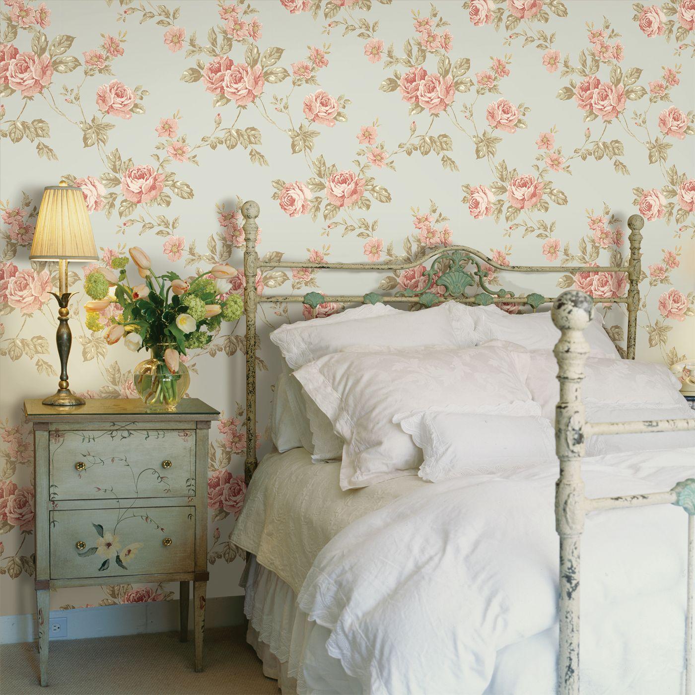 Оливково-красные обои с розами в спальне
