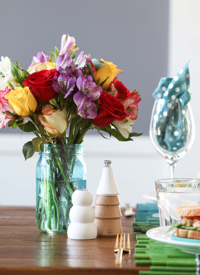 Букет из роз и других цветов в интерьере