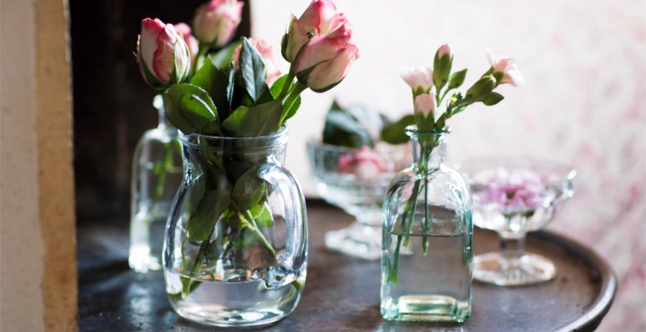 Розы в вазах в интерьере