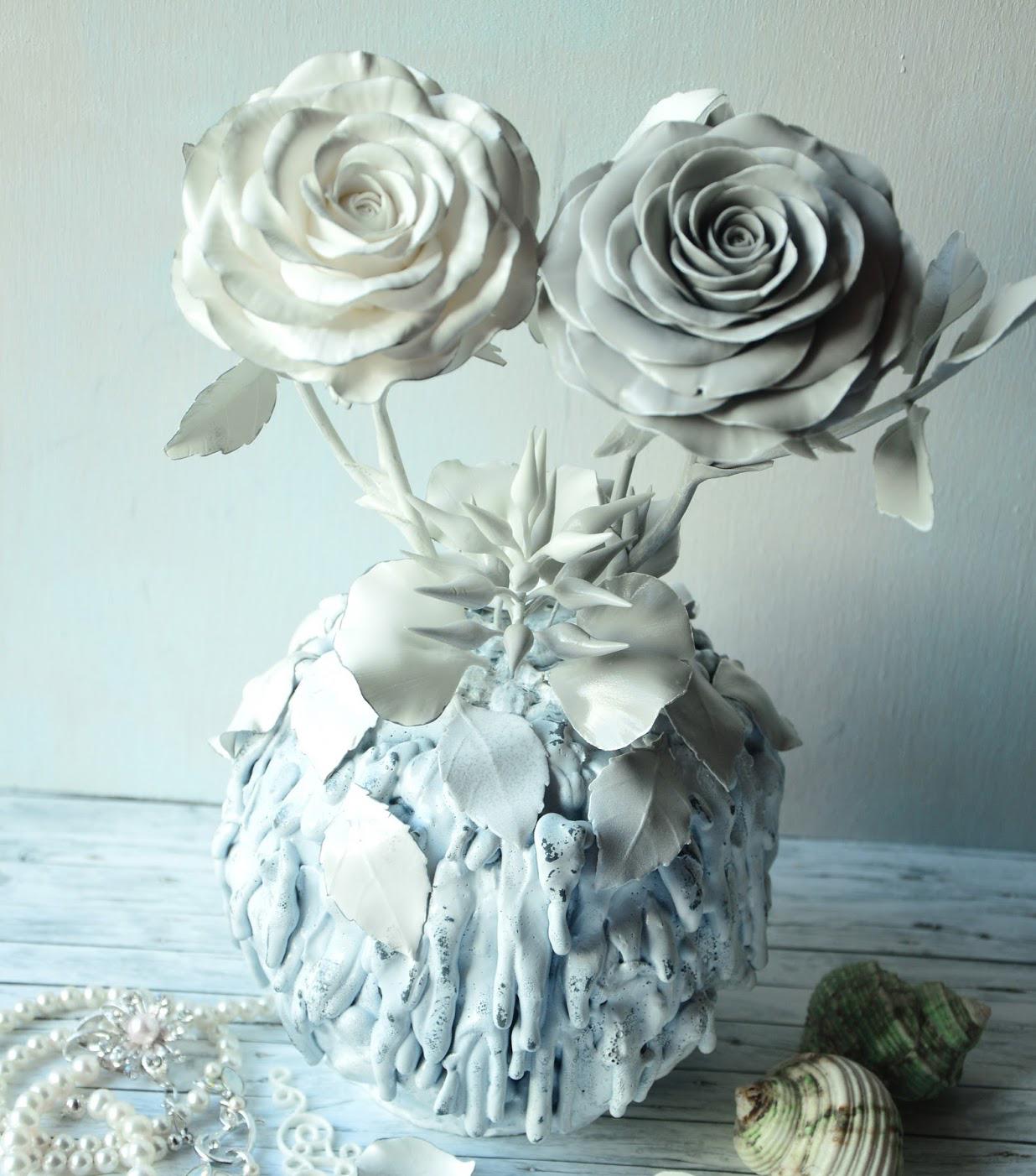 Белая статуэтка с розами в интерьере