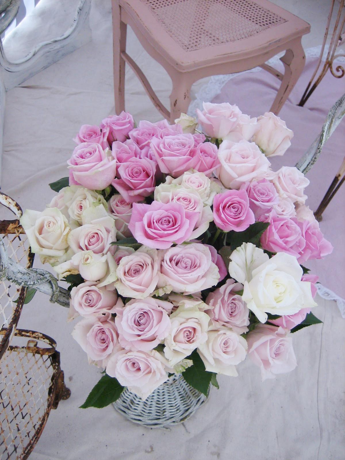 Большой букет живых роз в интерьере