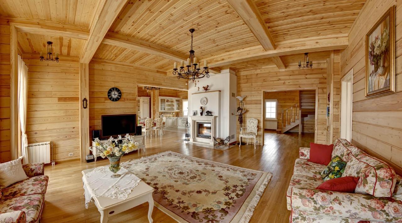 Большая гостиная с камином в доме в русском стиле