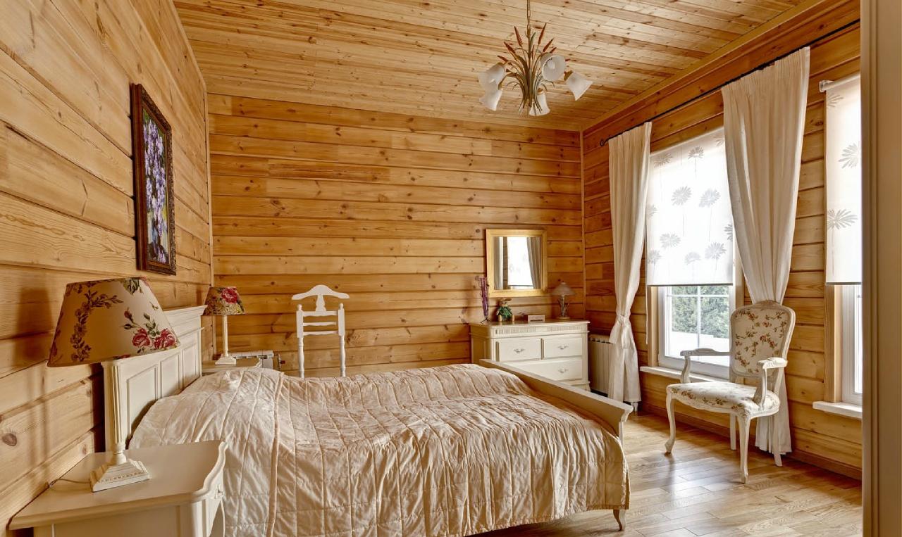 Небольшая светлая спальня в русском стиле
