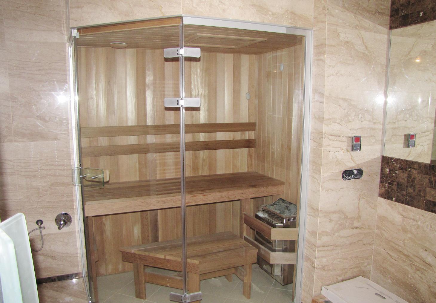 Небольшая сауна в интерьере ванной