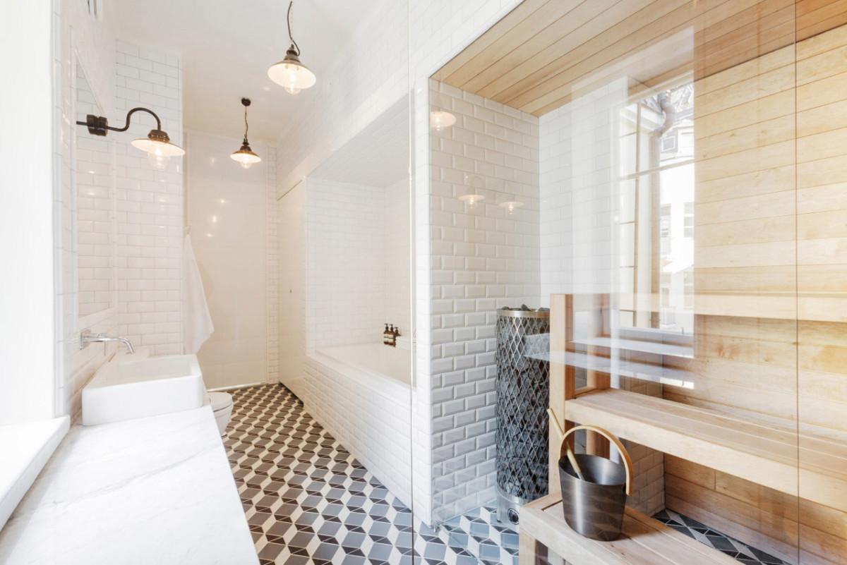 Сауна со стеклянной перегородкой в ванной
