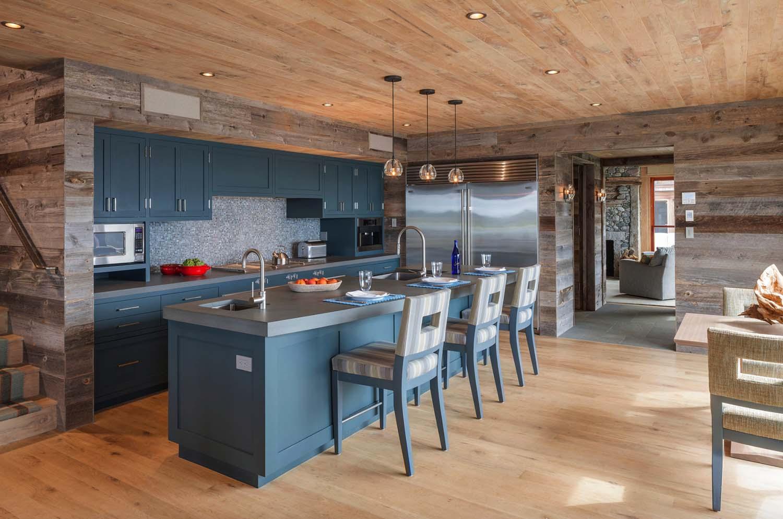 Кухня в голубых тонах шале