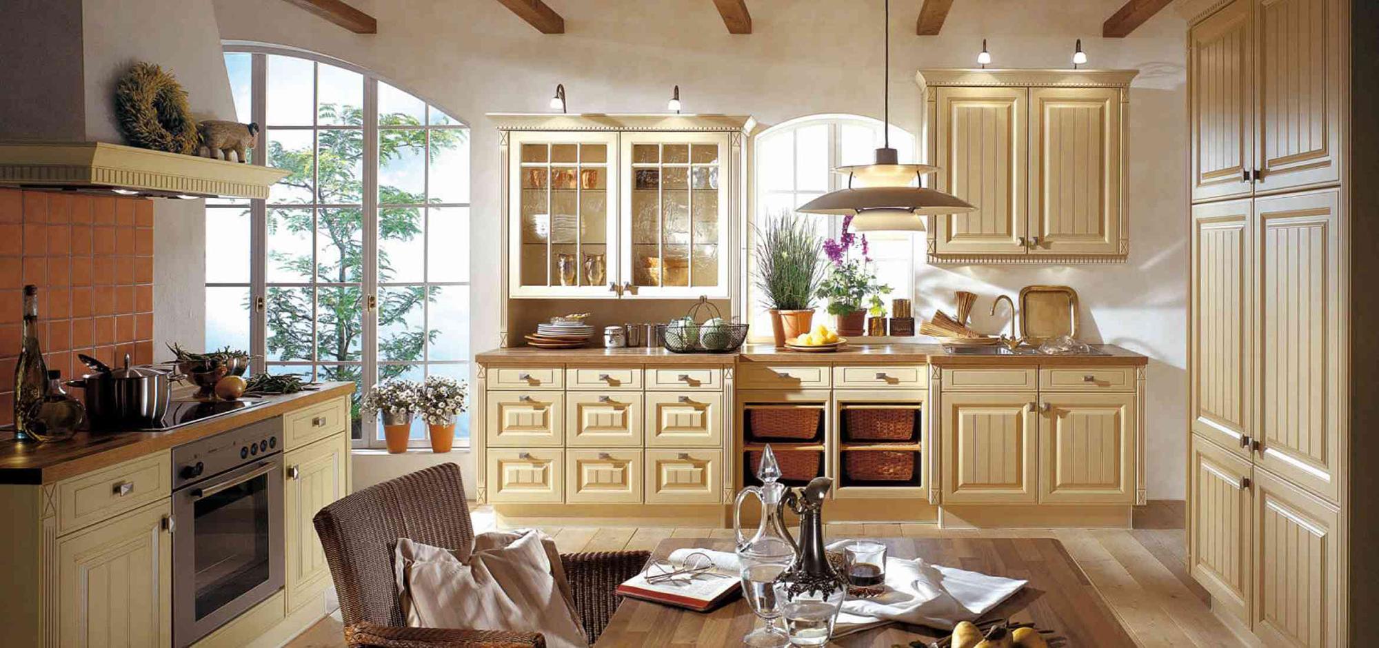 Белые стены и деревянный пол на кухне в стиле шебби-шик