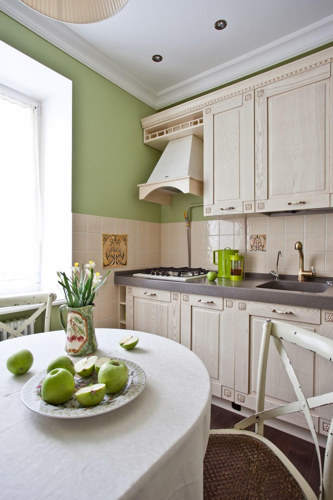Уютная бежево-зеленая кухня в стиле шебби-шик
