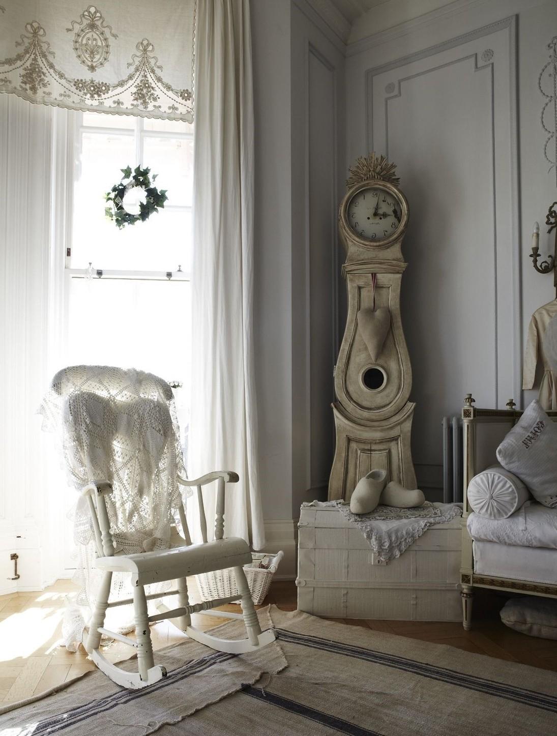 Гостиная с напольными часами в стиле шебби-шик