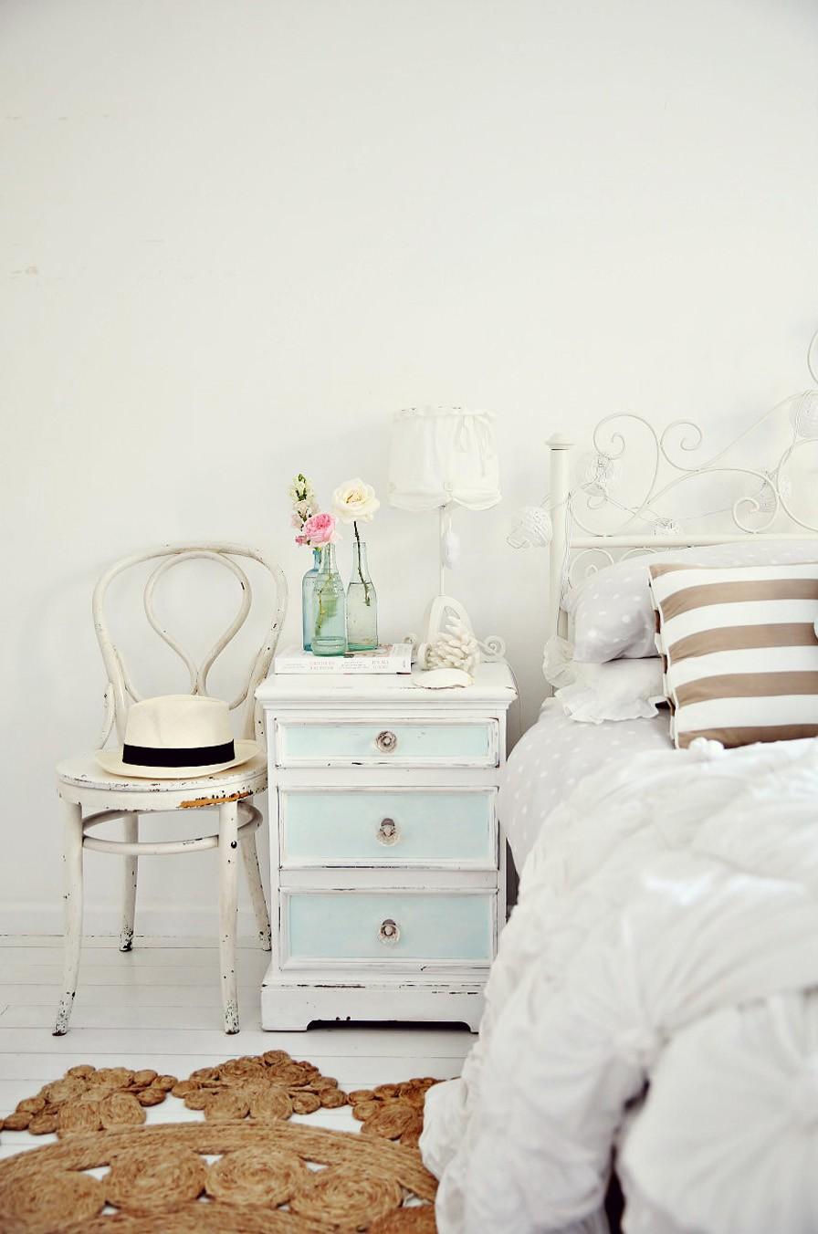 Белые стены и пол в спальне в стиле шебби-шик