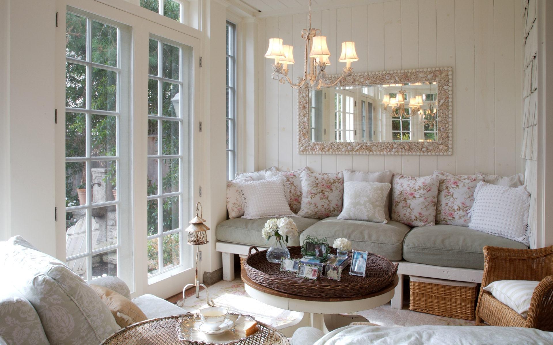 Деревянные стены и пол в гостиной в стиле шебби-шик