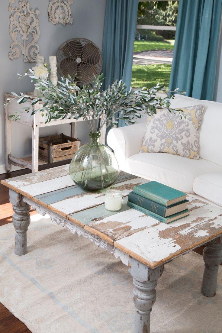 Изумрудные шторы в гостиной в стиле шебби-шик