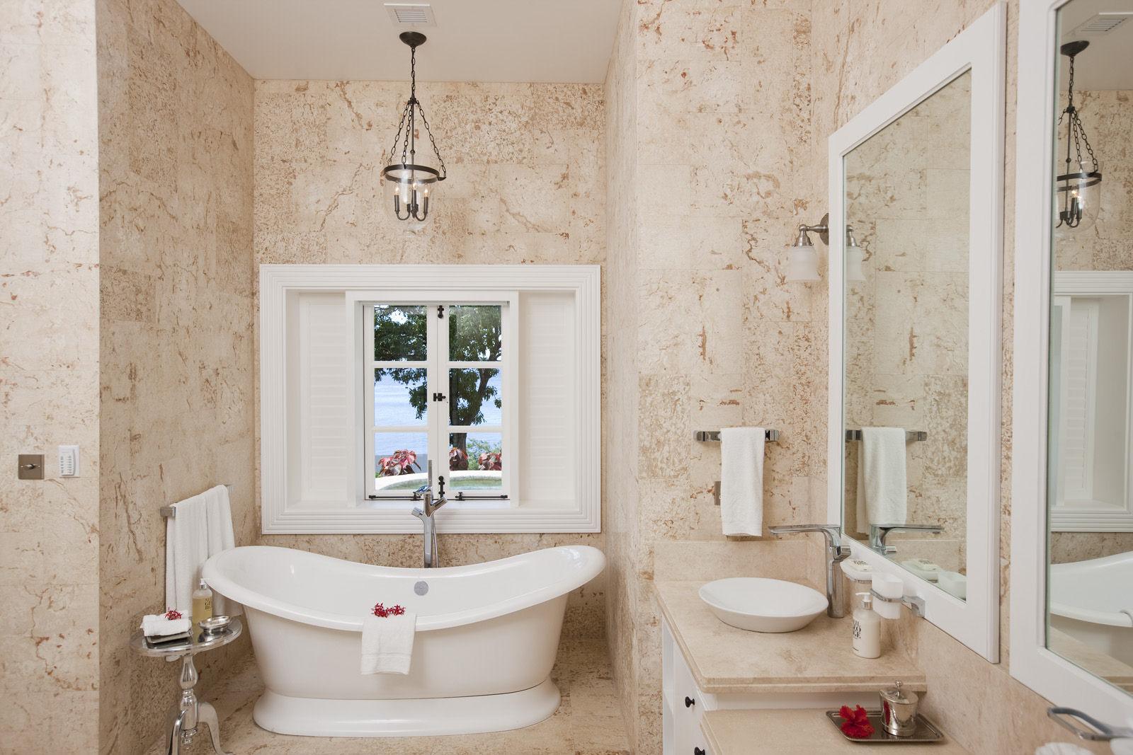 Бежево-белая ванная в стиле шебби-шик