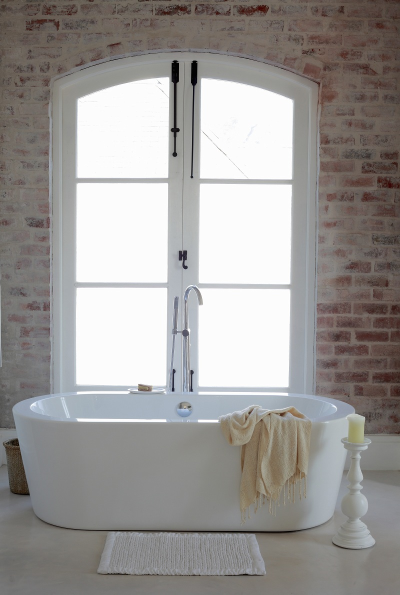 Ванная с кирпичной стеной в стиле шебби-шик
