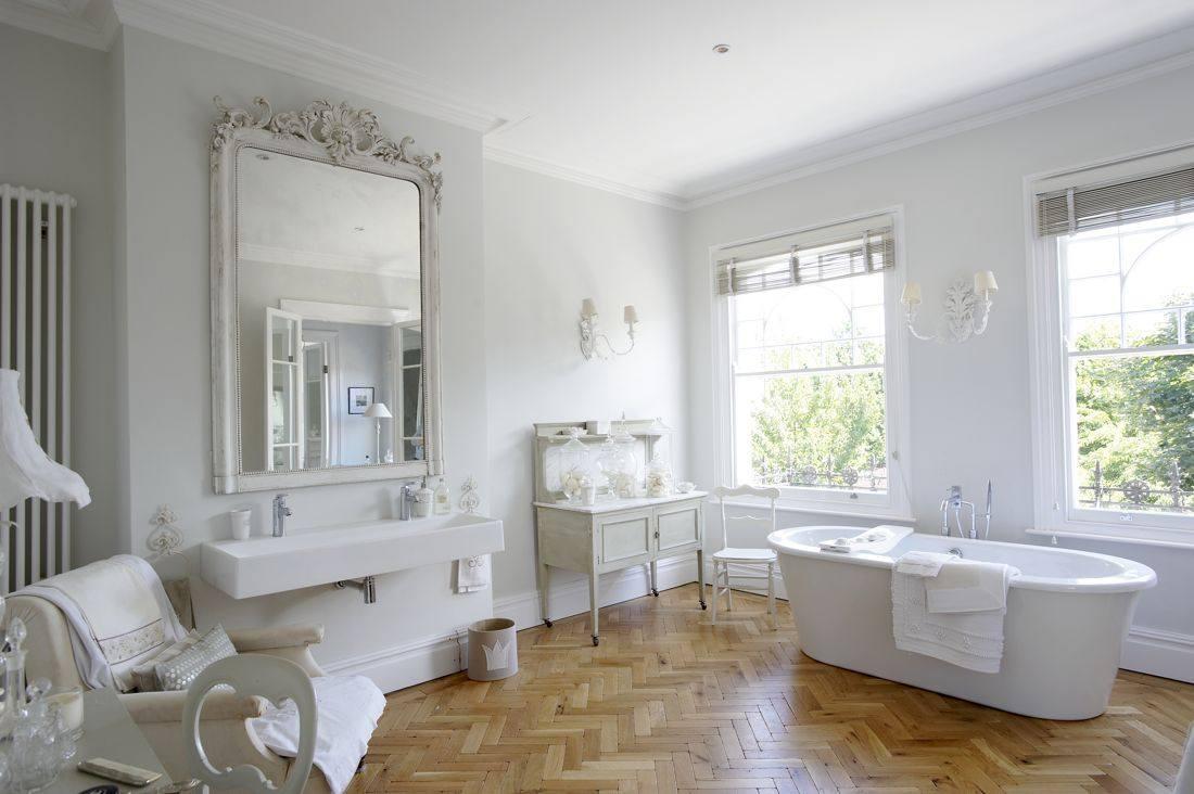 Белые жалюзи в ванной в стиле шебби-шик