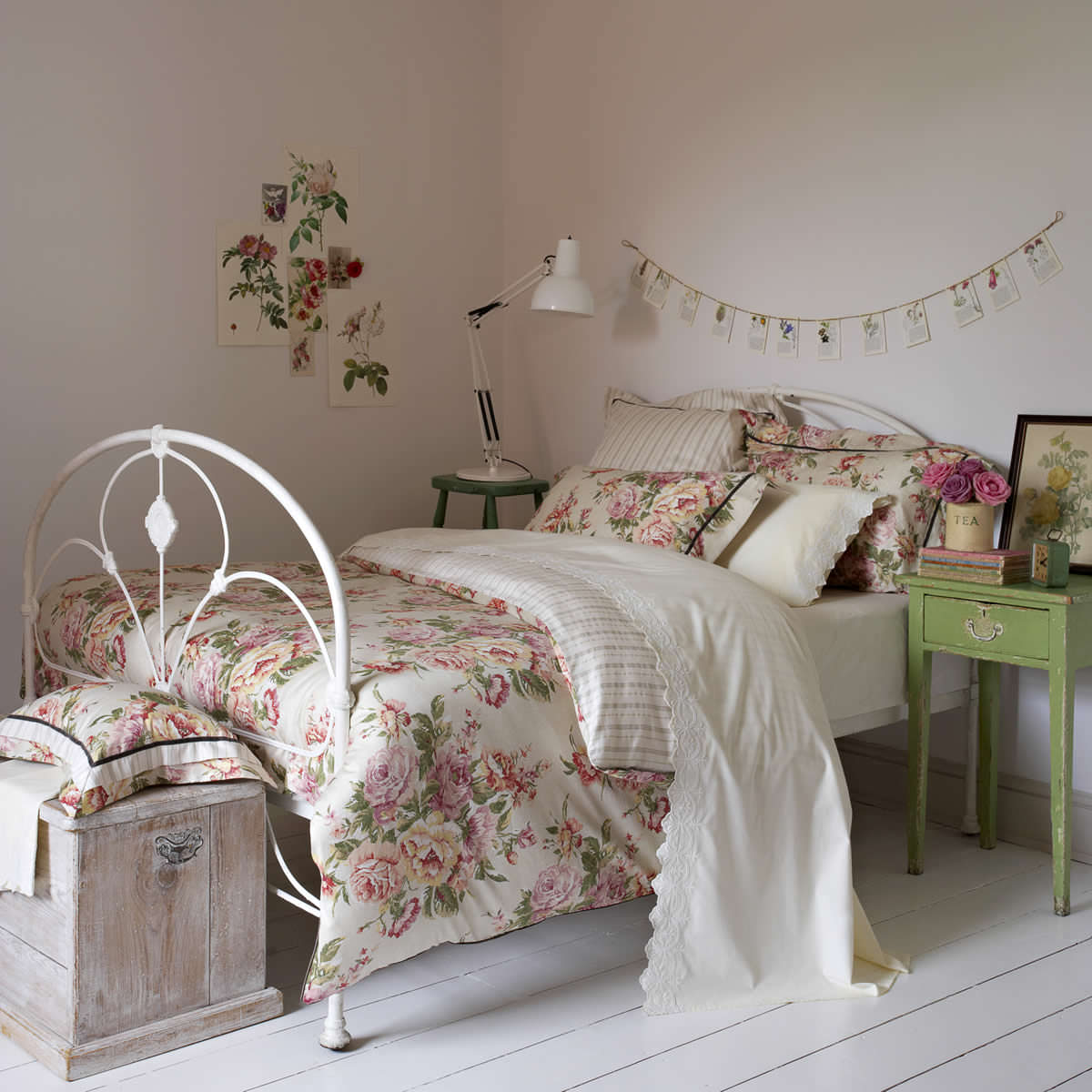 Деревянная и кованая мебель в спальне шебби-шик