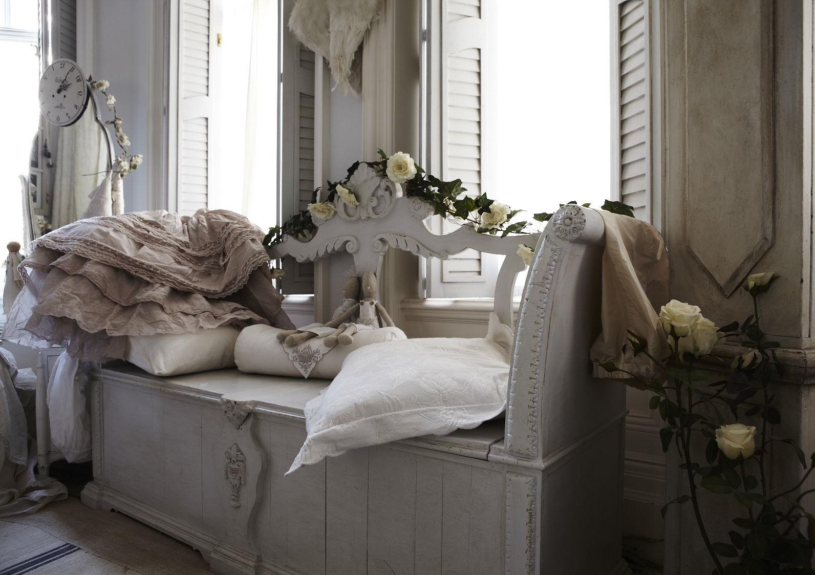 Резной диван в стиле шебби-шик