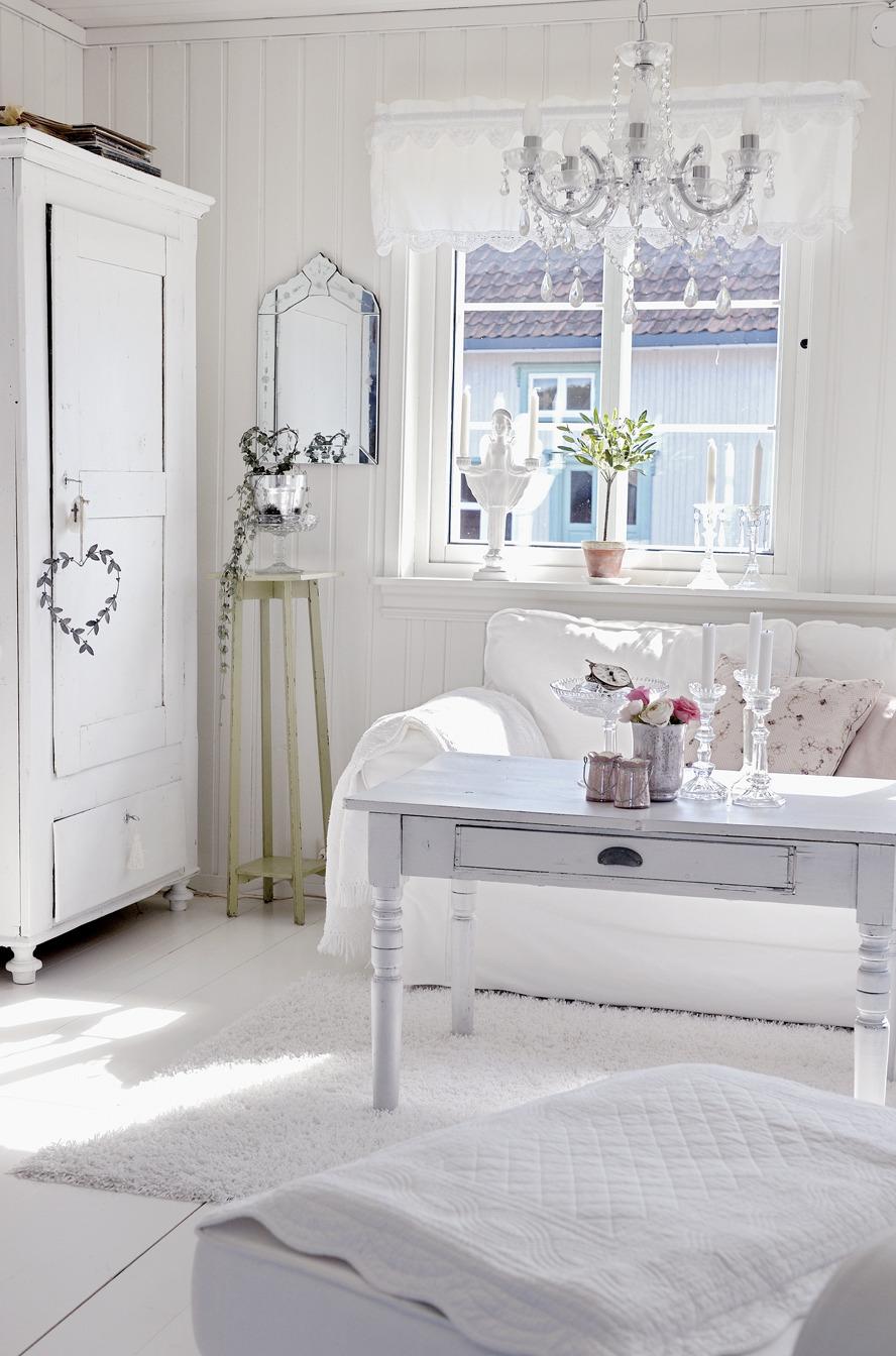Белая мебель и красивый декор в стиле шебби-шик