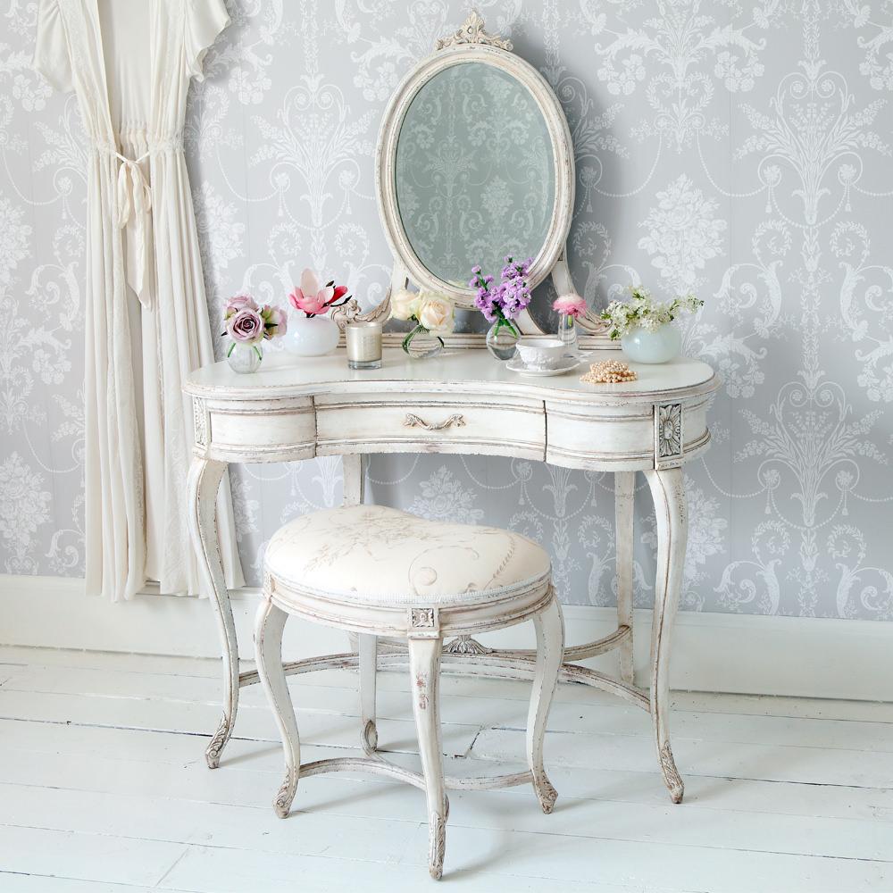 Красивый туалетный столик в стиле шебби-шик