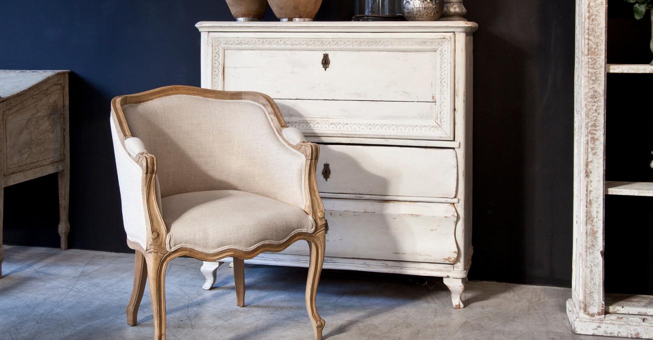 Бежево-коричневая мебель в стиле шебби-шик