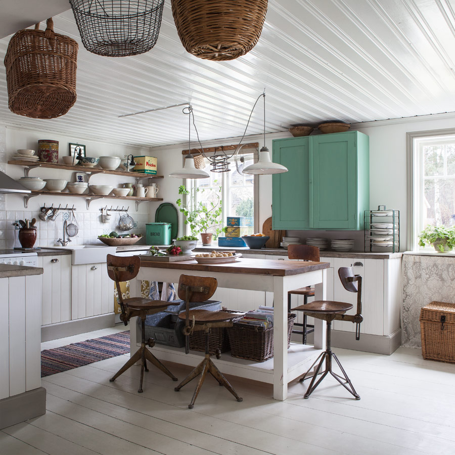 Кухня с островом в стиле шебби-шик