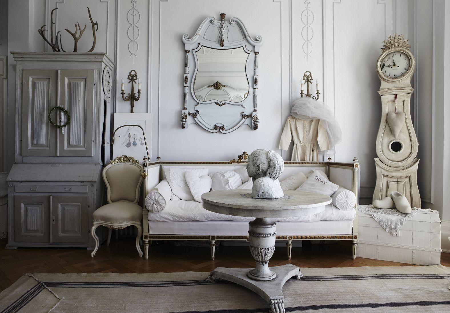 Бежево-белая гостиная в стиле шебби-шик