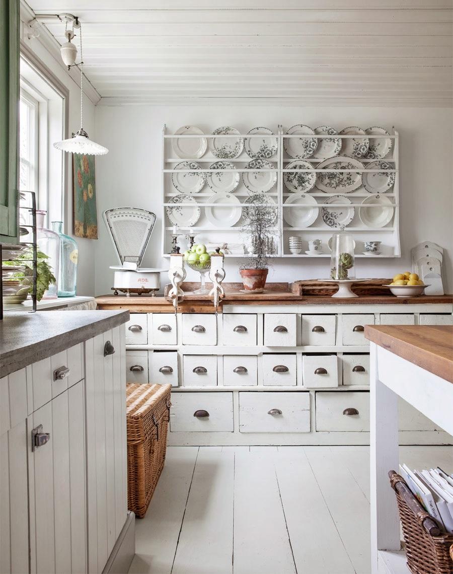 Коричнево-белая кухня в стиле шебби-шик
