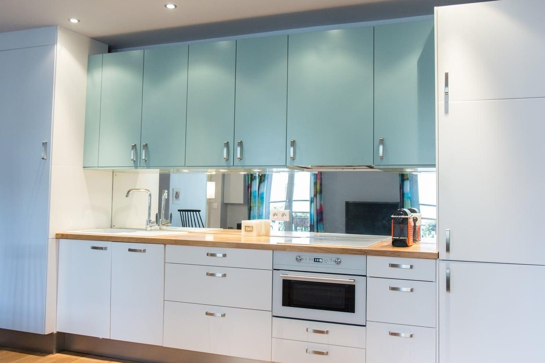 Кухня в голубых тонах со шкафчиками