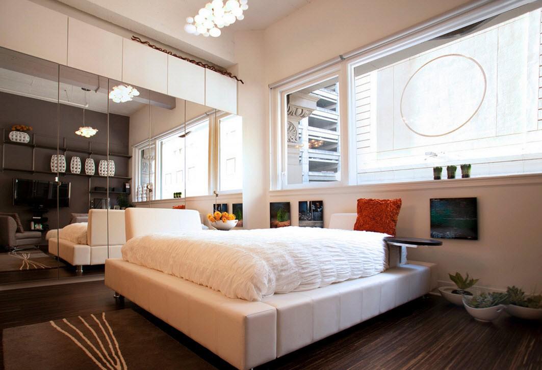 Зеркальный и белый фасад шкафа-купе