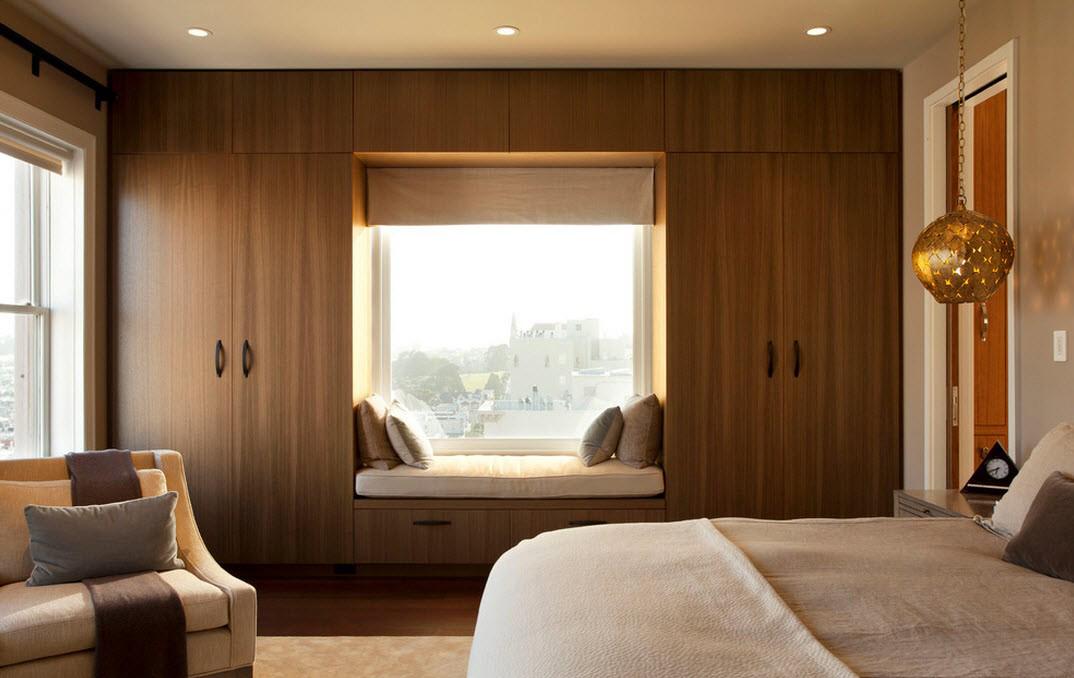 Деревянный большой шкаф-купе в спальне