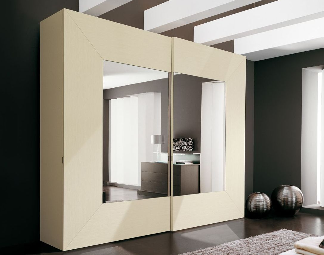 Бежево-зеркальный шкаф-купе в интерьере