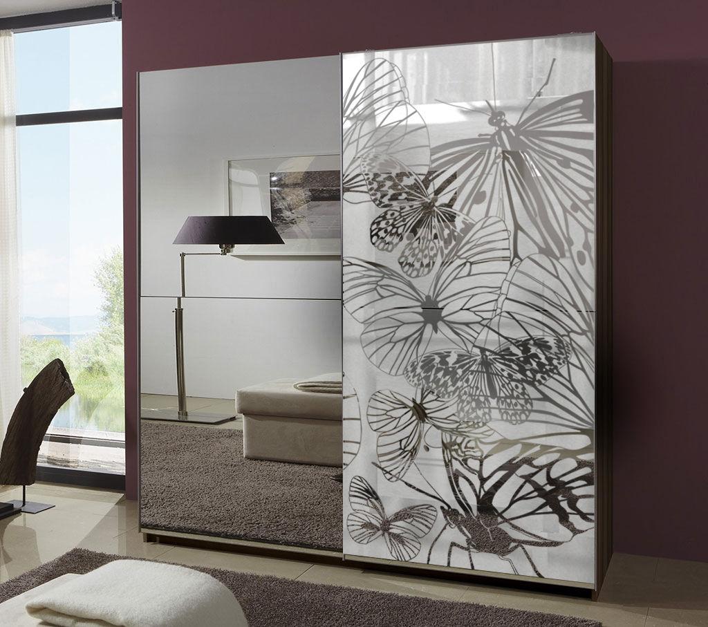 Зеркальные двери с узором у шкафа-купе