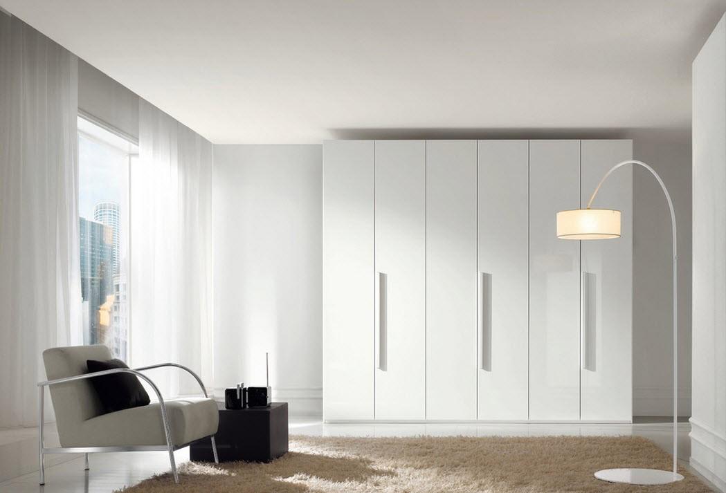 Белый шкаф-купе в гостиной