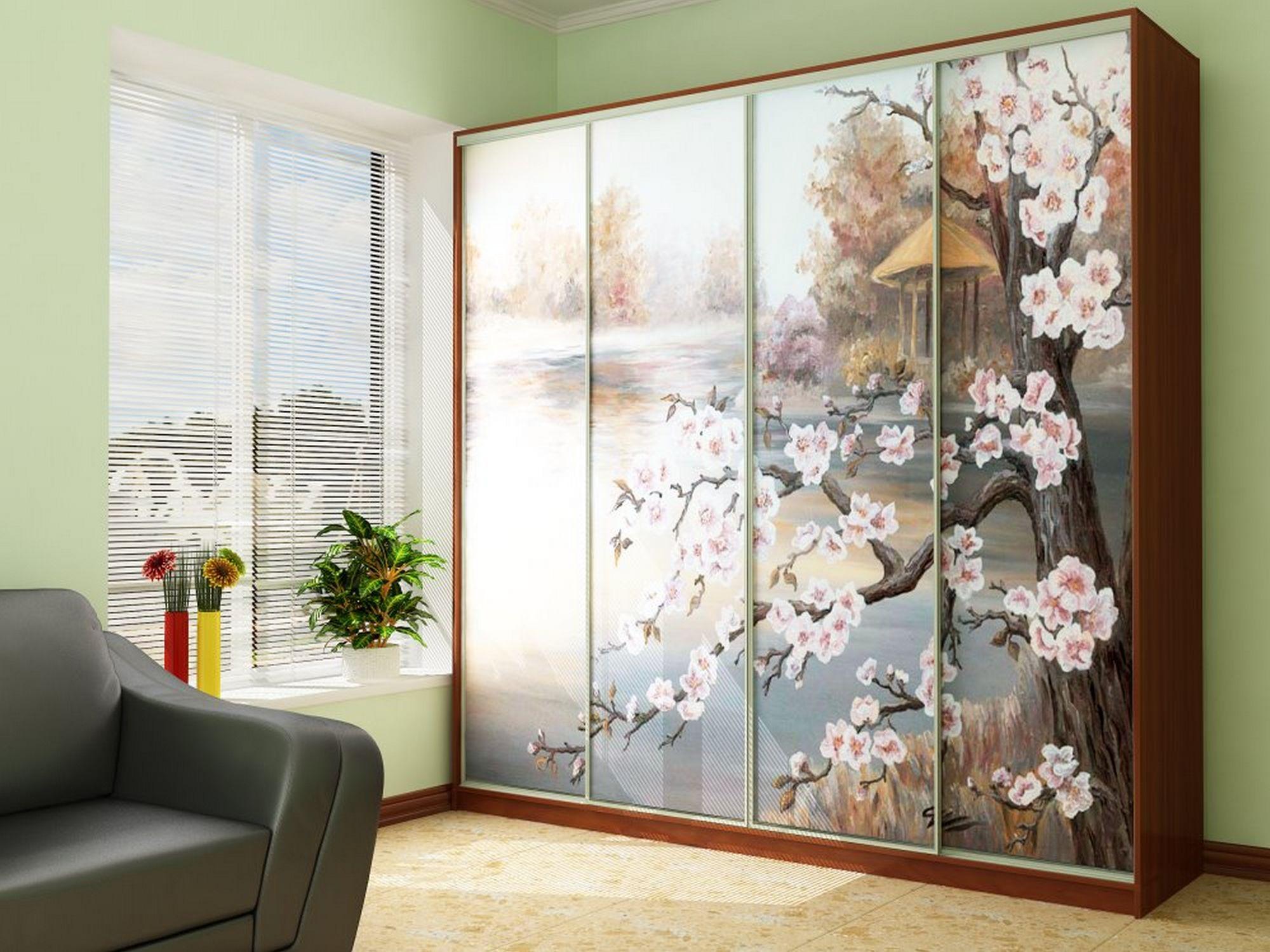 Шкаф-купе с рисунком сакуры в гостиной