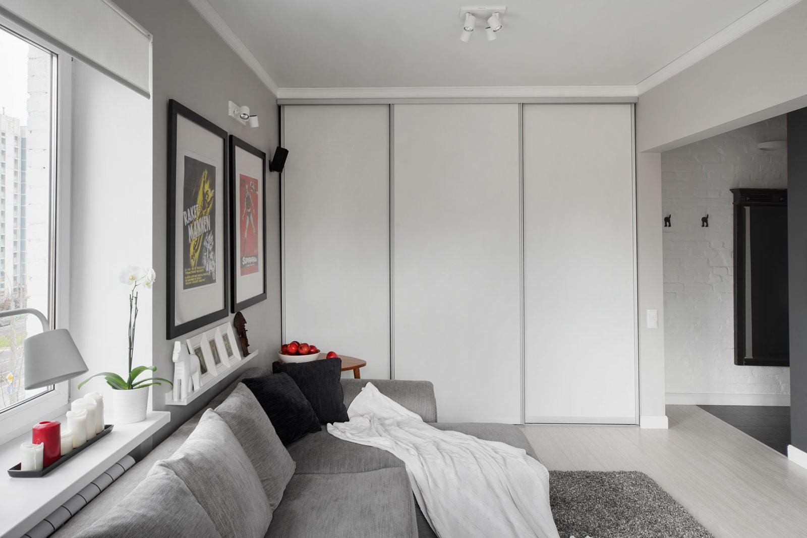 Белый встроенный шкаф-купе в гостиной