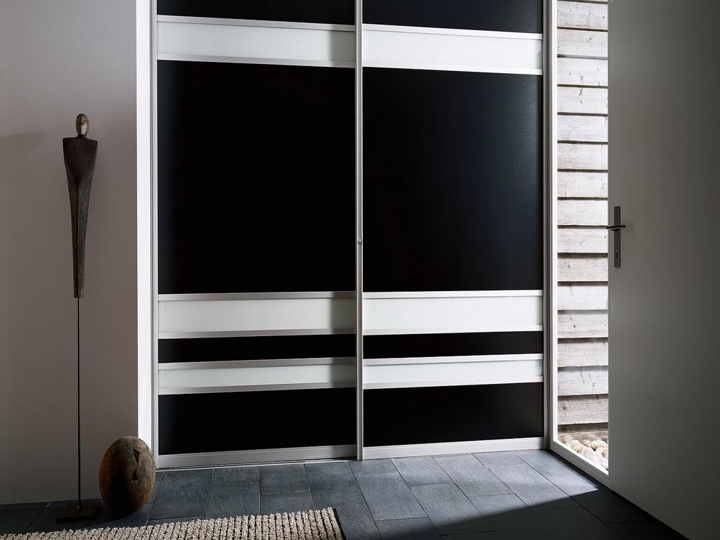 Черно-белый шкаф-купе в прихожей