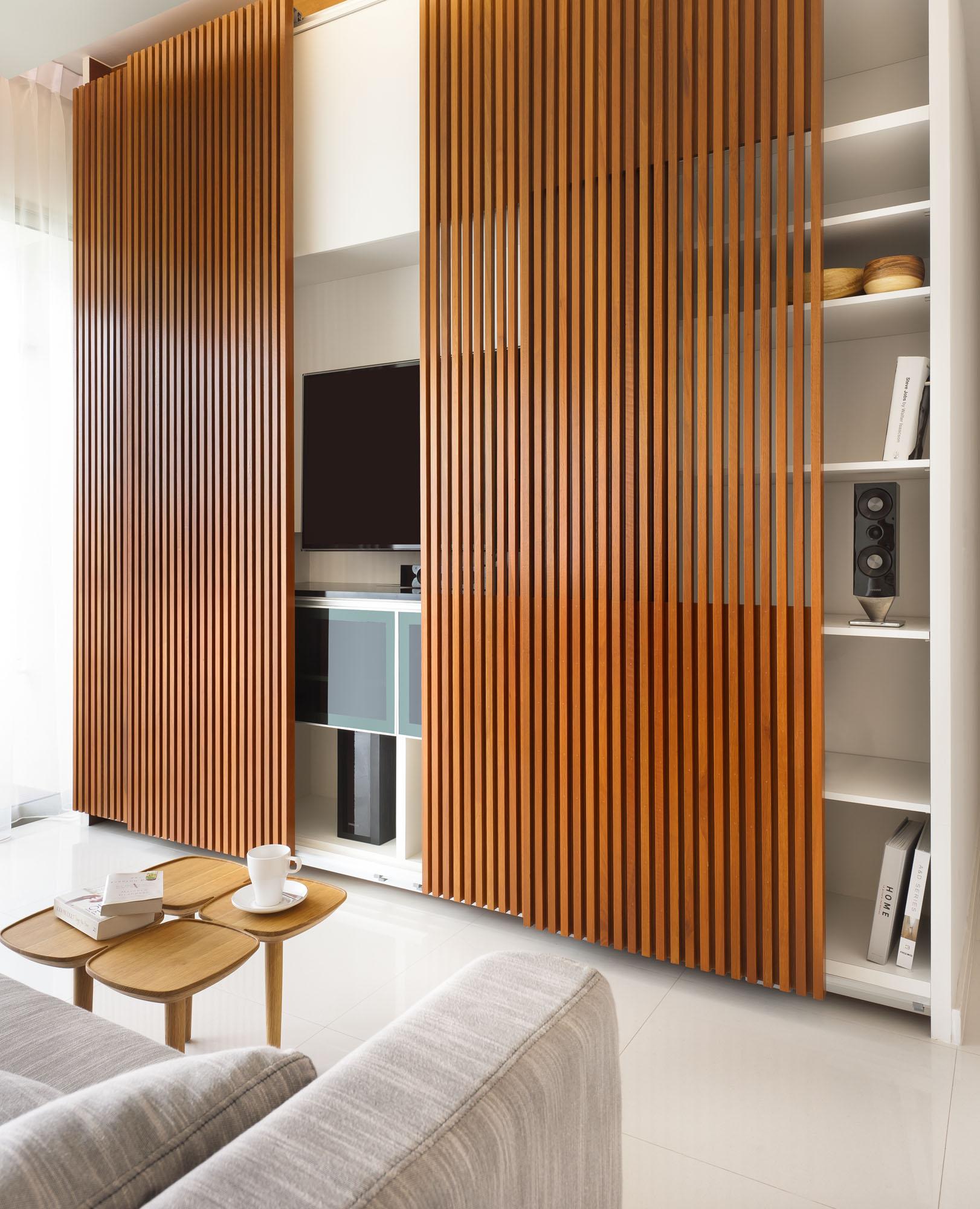 Дизайнерский коричнево-белый шкаф-купе в гостиной