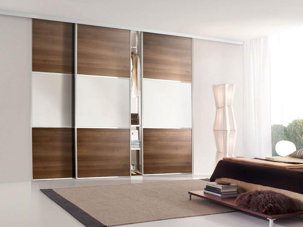 Бело-коричневый встроенный шкаф-купе в гостиной
