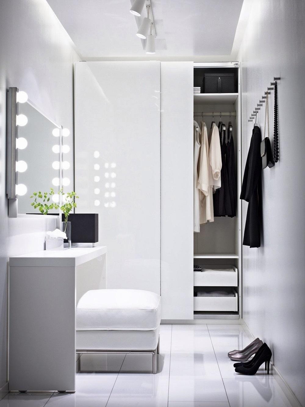 Белый глянцевый шкаф-купе в интерьере