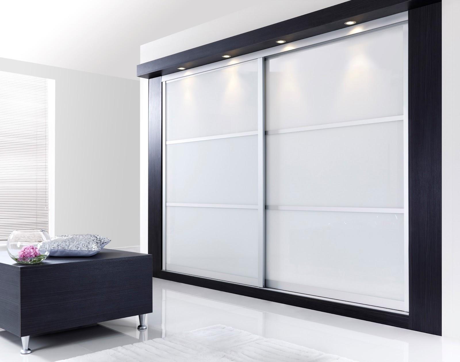 Черно-белый шкаф-купе в интерьере