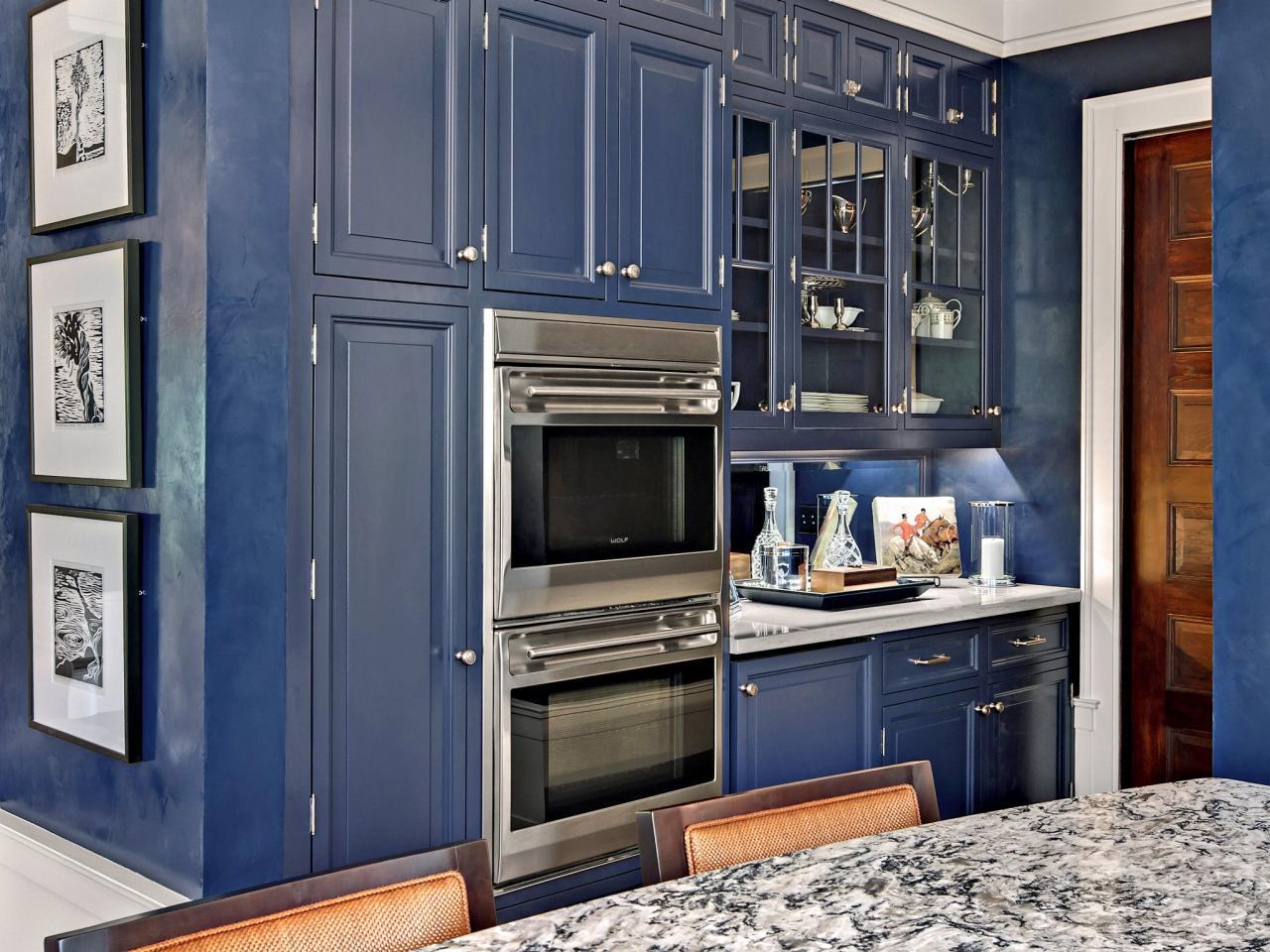 Кухня в голубых тонах со штукатуркой