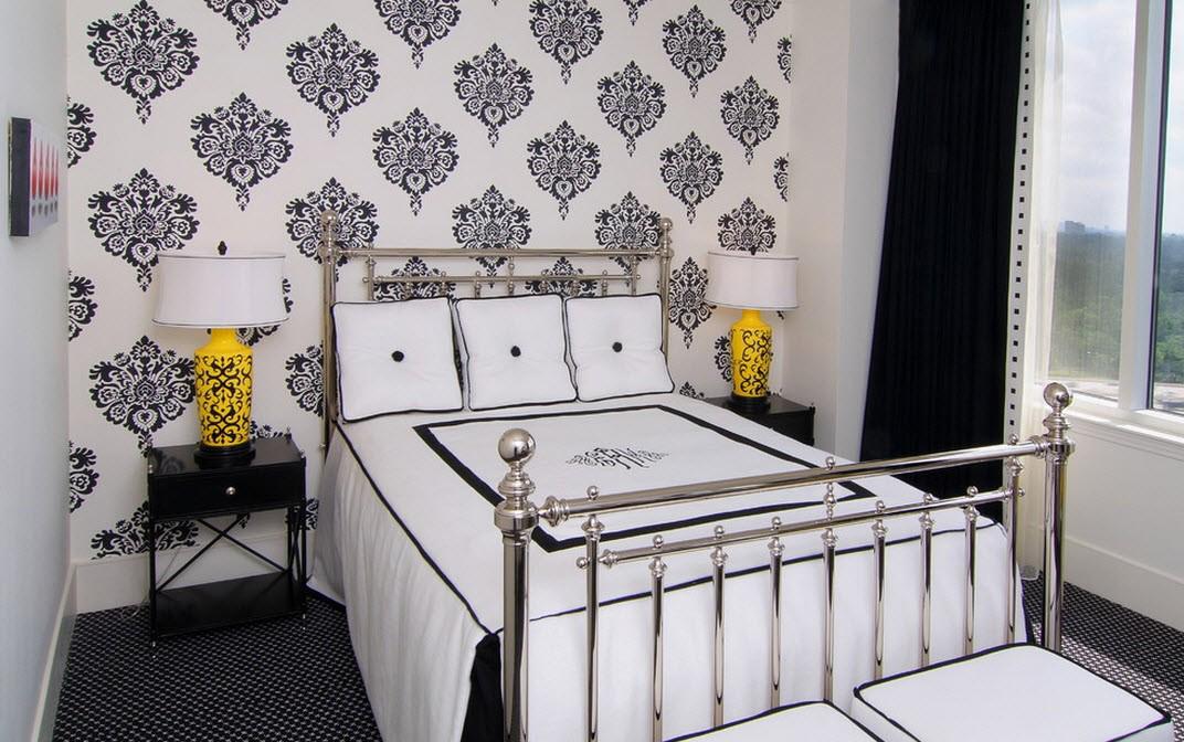 Черно-белые обои с узором в спальне
