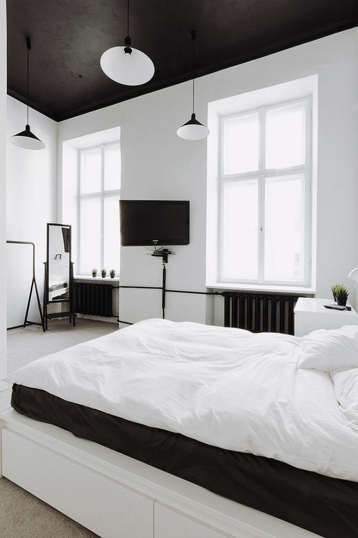 Черно-белая спальня с черным потолком