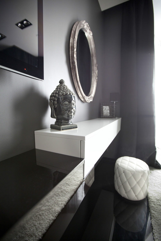Основной черный цвет в черно-белой спальне