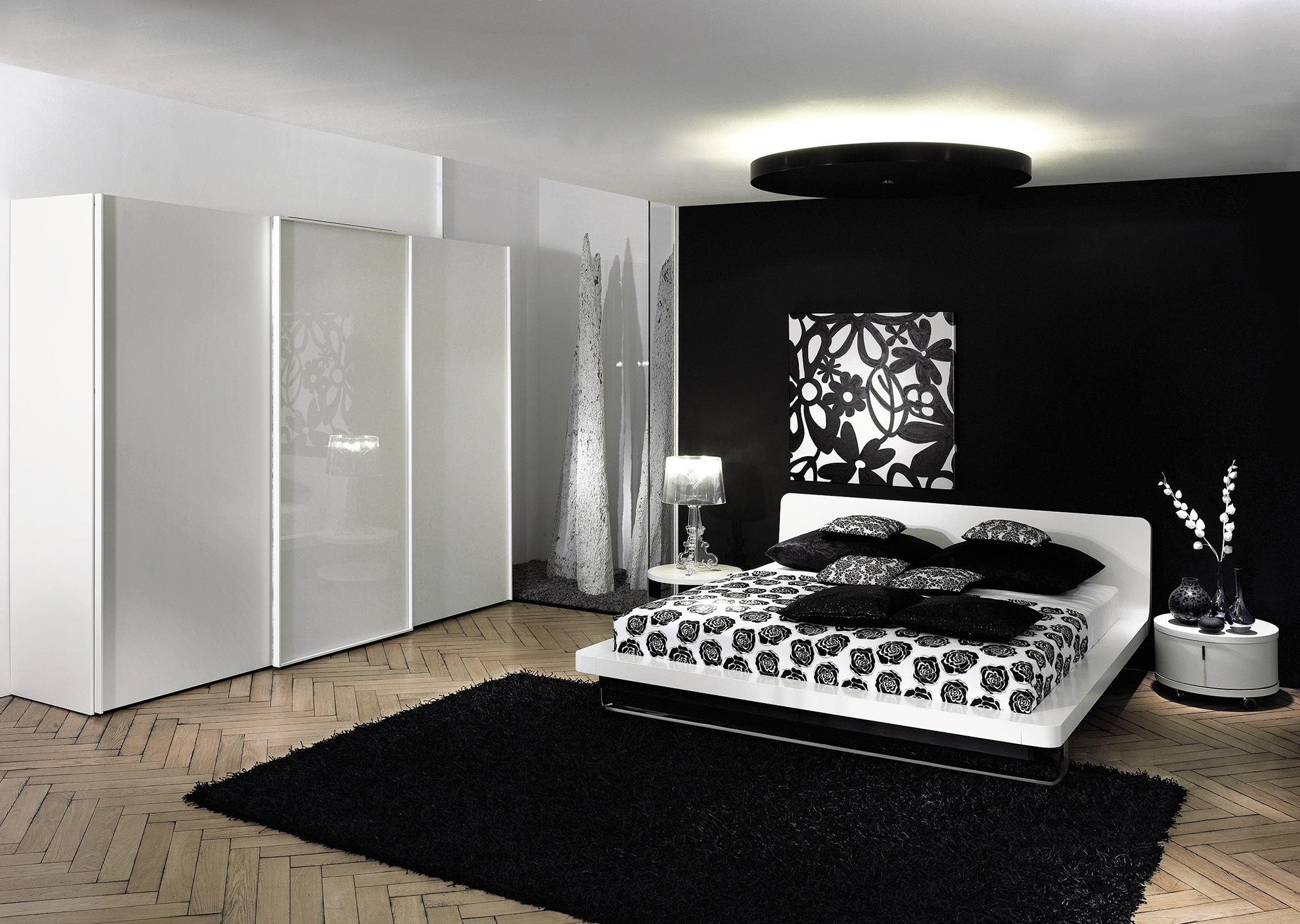 Черно-белая спальня с кремовым полом